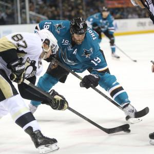Sidney Crosby och Joe Thornton tekar.