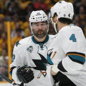 Ishockeyspelare i samspråk under spelavbrott.