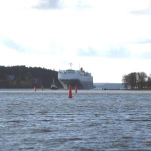 Fartyg lotsas till Åbo hamn