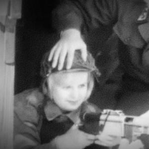 Naissotilas opettelee ampumaan