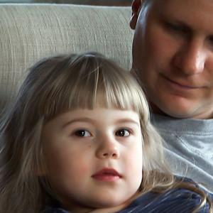 Miisa Liuha isänsä Simo Liuhan sylissä.