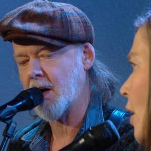 Tuomari Nurmio ja Liisa Eskola laulavat Aamu-tv:ssä.