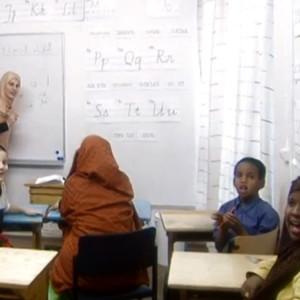 Muslimilapsia opiskelemassa ohjelmassa Sama Jumala kaikilla (2002)