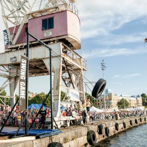 Kotkalaiset elokuvantekijät perustavat pelifirman ja pyrkivät rohkeasti maailman huipulle. yle tv1
