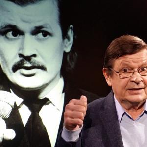 Näyttelijä Heikki Kinnunen oman nuoruuskuvansa edessä