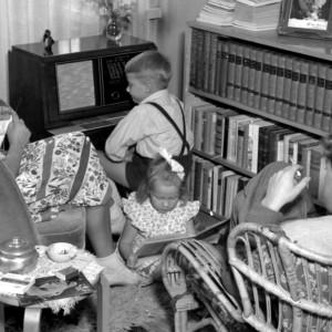 Perhe kuuntelee radiota v. 1947.