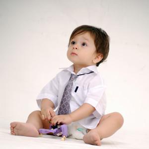 Poika istuu lattialla