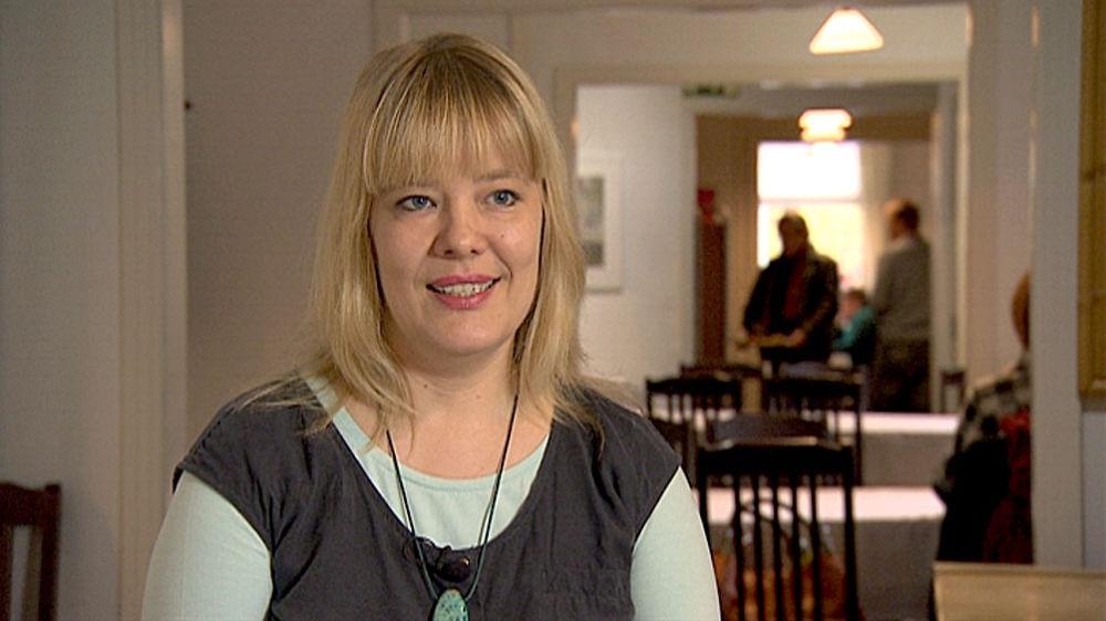 Psykologi Heli Heiskanen haastattelukuvassa.
