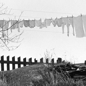 Pyykit ulkona narulla kuivamassa
