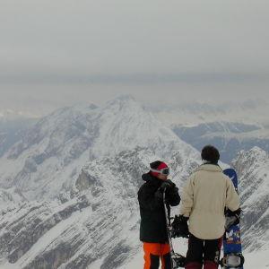 Kaksi nuorta lumilautailijaa, taustalla Zugspitze.