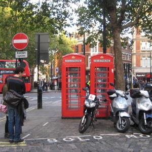 Puhelinkoppeja ja prätkäparkki Lontoossa