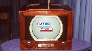 Amerikkalainen Emerson-merkkinen tv (televisio) 1940-luvulta ja DVB-T2 + Antenna Ready -logot