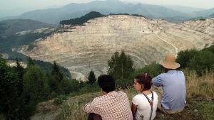 Romanialaisen Rosia Montanan kyläläiset ovat eläneet pittoreskissa kylässään vuosisatoja. Nyt kylää uhkaa kansainvälinen kaivosyritys joka haluaa kaivaa kylän alta kultaa.