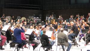 RSO harjoittelee Hannu Linnun kanssa Musiikkitalossa