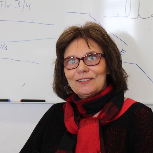 Akatemiaprofessori Eva-Mari Aro työhuoneessaan.