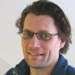Mikael Kokkola är redaktör och arbetar för Svenska Yle och arbetar för Radio Vega Östnyland.