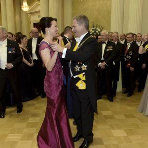 Sauli Niinistö och Jenni Haukio på dansgolvet
