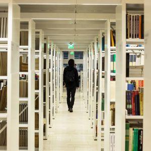 Studerande i bibliotek