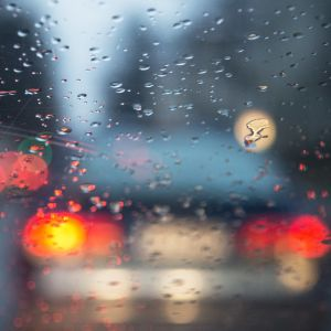 Regnväder genom bilfönster