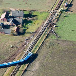 En person omkom och flera skadades i tågolycka i Nederländerna.