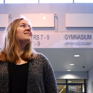 Erin Melán poserar i aulan i Mattlidens skola.
