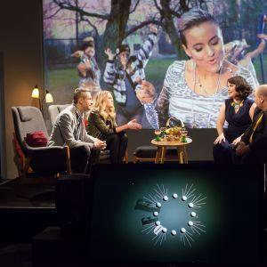 De Eurovisa lyssnar på finska Sandhjas Eurovisionslåt.