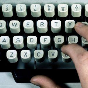 Käsi kirjoituskoneella