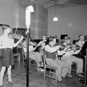 Yleisradion Radio-orkesteri ja viulisti Heimo Haitto soittavat Helsingissä Fabianinkadun radiotalon studiossa 1939.
