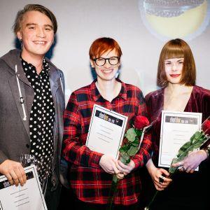 Shortdox -kilpailun parhaat Roope Mäenpää, voittaja Tiina Miinalainen ja Iines Korhonen