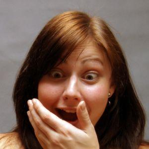 Yllättyneen hämmentynyt nainen