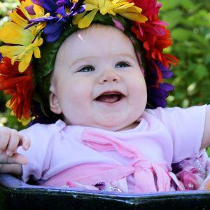 Kukkaseppelöity vauva hymyilee