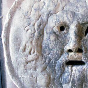 Bocca della Verità, Totuuden suu, marmorista veistetty, kasvoja esittävä reliefi (mahdollisesti pakana-aikaista jumalaa esittävä veistos).