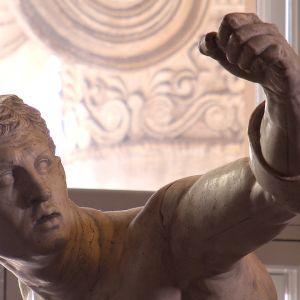 Roomalainen patsas Helsingin yliopiston päärakennuksessa.