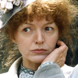 Elina Salo runoilija L. Onervan roolissa elokuvassa Runoilija ja muusa (1978).