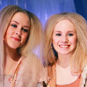 Iris ja Anni Virtauksen ilmaisutaidon lukion kevätnäytöksessä.