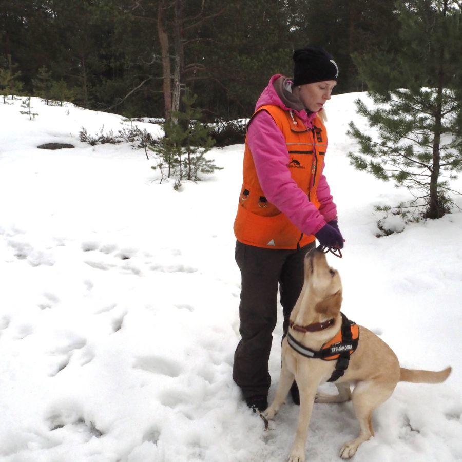 Elina Kestilä-Kekkonen koiransa kanssa