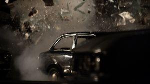 Pommi räjähtää elokuvassa Piazza Fontanan verilöyly