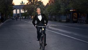 Max Raabe pyöräilee Berliinissä