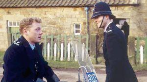 Aidensfieldin poliisit Phil Bellamy (Mark Jordon) ja Nick Rowan (Nick Berry) pitävät järjestystä yllä.
