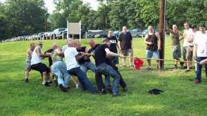 Esa Holappa deltar i dragkamp på ett nynazistmöte i Harrisburg.