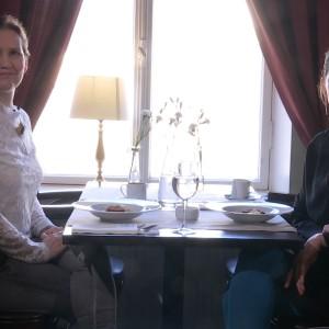 Pia-Maria Lehtola sitter med Marije Vogelzang på ett café.