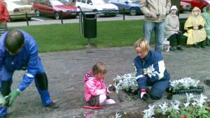 Invånarna i Berghäll får mara med och plantera blommor i Björnparken