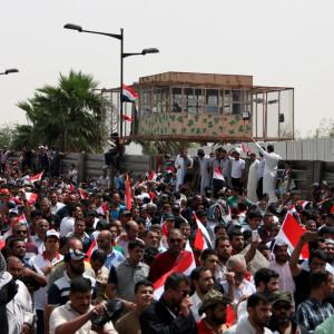 Anhängare till al-Sadr demonstrerar utanför Gröna zonen 26.4.2016