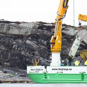 Vraket av olyckshelikopter bärgas nära Bergen i Norge.