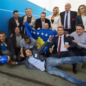 Personer från Kosovo firar landets medlemskap i Uefa.