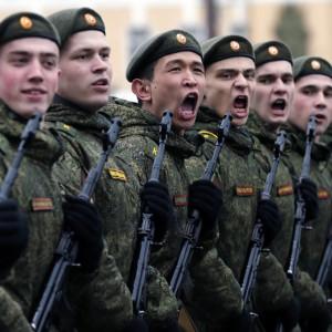 Ryska soldater övar inför segerdagen 2016.