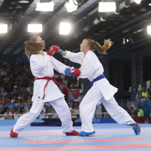 Masa Martinovic och Ivanna Zaytseva i karatematch.