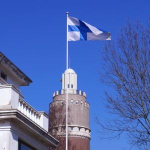Flaggan vajar mot klarblå himmel.