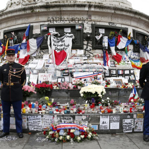 Ceremoni över terroroffer i Paris