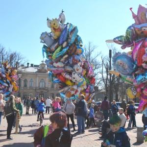 ballongförsäljare utanför stadshuset i borgå 2015